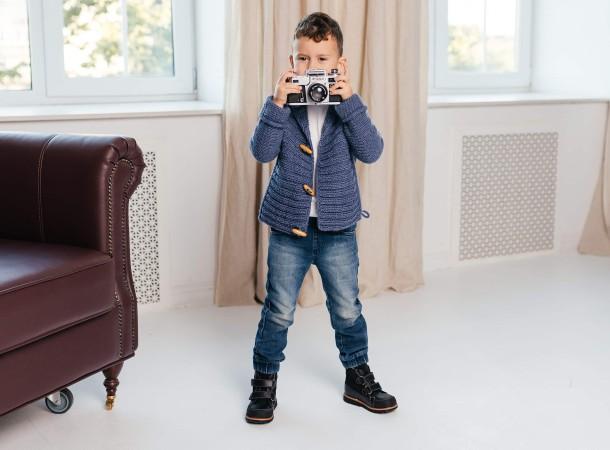 Мальчик обут в детские демисезонные ботинки Woopy Fashion черные (7135) Фото 1