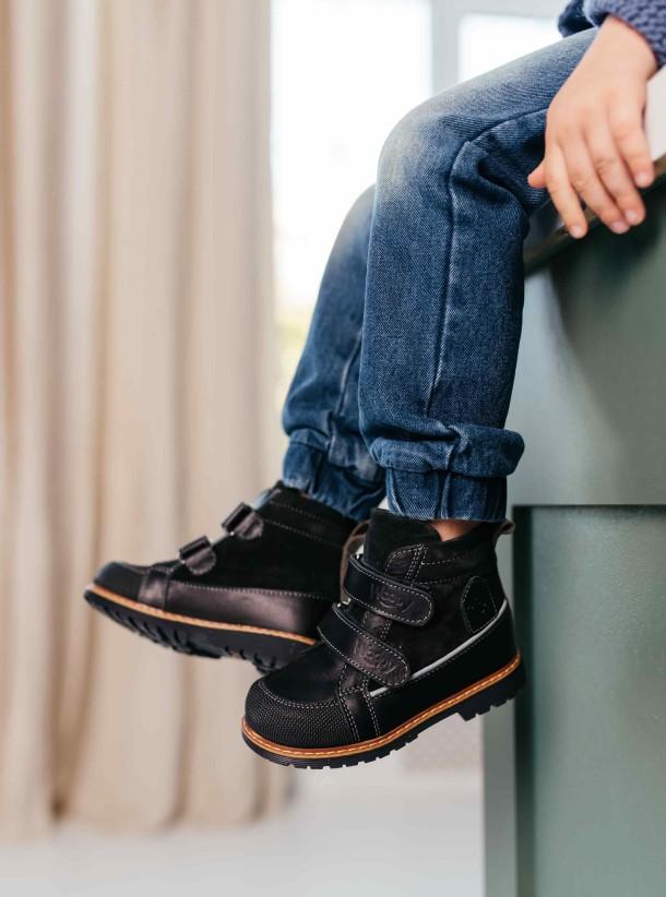 Мальчик обут в детские демисезонные ботинки Woopy Fashion черные (7135) Фото 2