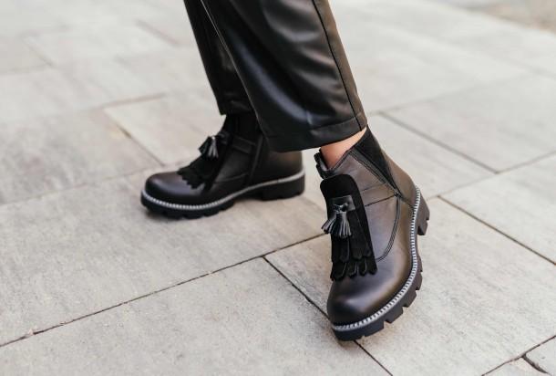 Девочка обута в детские демисезонные ботинки Woopy Fashion черные (7142) Фото 1