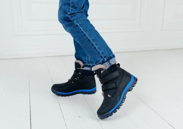 Мальчик обут в детские зимние ботинки на меху Woopy Fashion темно-синие (7172) Фото 1