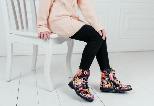 Девочка обута в детские демисезонные ботинки Woopy Orthopedic разноцветные (7188) Фото 1