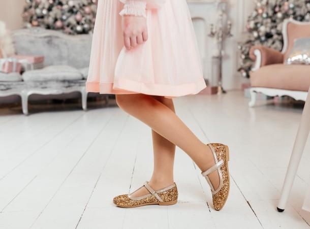 Девочка обута в детские туфли Woopy Fashion золотые (7196) Фото 1