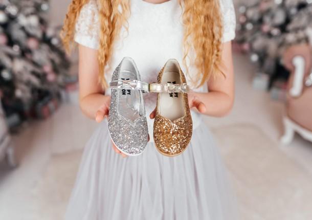 Девочка обута в детские туфли праздничные Woopy Fashion золотые (7231) Фото 1