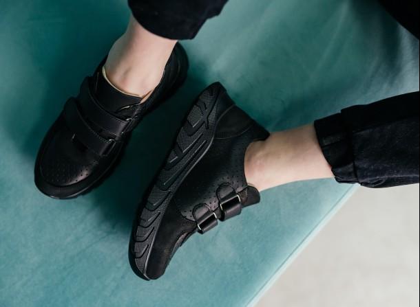 Девочка обута в детские кроссовки Woopy Fashion черные (8046) Фото 1