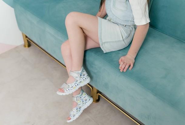 Девочка обута в детские босоножки Woopy Fashion белые (8058) Фото 2