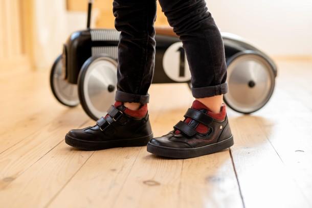 Мальчик обут в детские демисезонные ботинки Woopy Fashion черные (8062) Фото 2