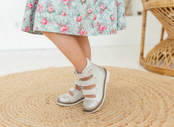 Девочка обута в детские ортопедические туфли (с высоким берцем) Woopy Orthopedic серебряные (8072) Фото 1