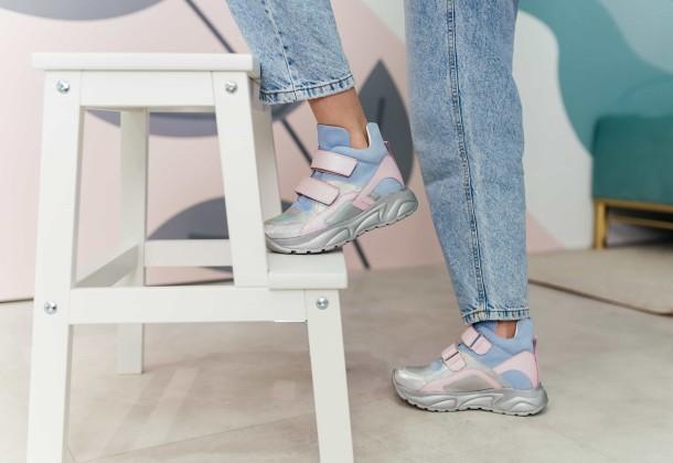 Девочка обута в детские демисезонные ботинки (подкладка кожа) Woopy Fashion разноцветные (8074) Фото 2
