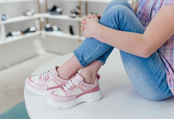 Девочка обута в детские кроссовки Woopy Fashion розовые (8075) Фото 1