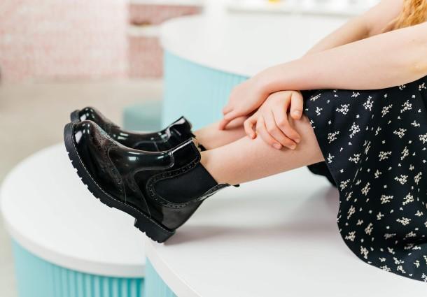 Девочка обута в детские демисезонные ботинки (подкладка кожа) Woopy Orthopedic черные (8081) Фото 1