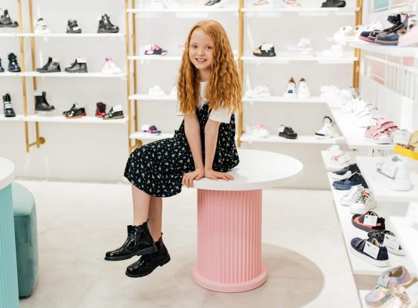 Девочка обута в детские демисезонные ботинки (подкладка кожа) Woopy Orthopedic черные (8081) Фото 2