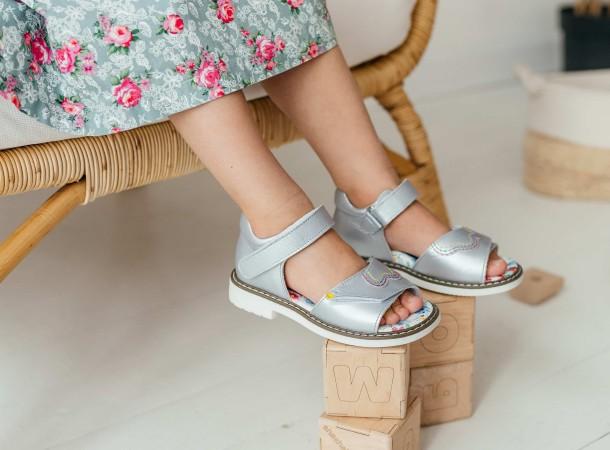 Девочка обута в детские босоножки Woopy Orthopedic серебряные (8083) Фото 1