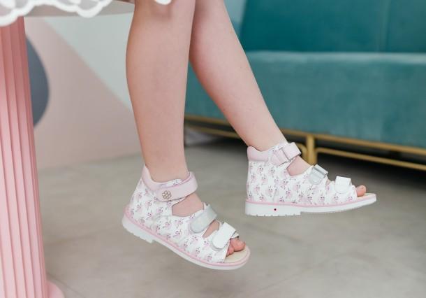 Девочка обута в детские босоножки Woopy Orthopedic розовые (8107) Фото 1