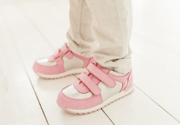 Девочка обута в детские кроссовки Woopy Fashion розовые (8112) Фото 1
