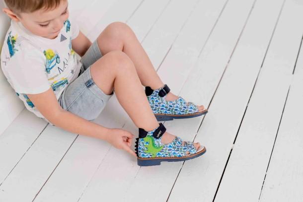 Мальчик обут в детские босоножки Woopy Orthopedic разноцветные (8128) Фото 2