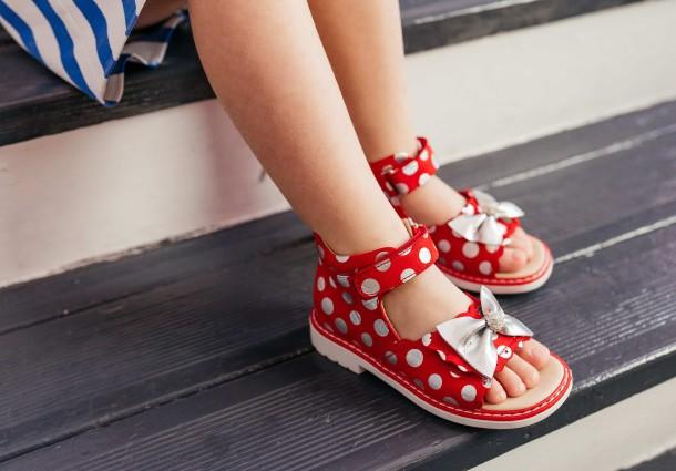 Девочка обута в детские босоножки Woopy Orthopedic красные (8137) Фото 1