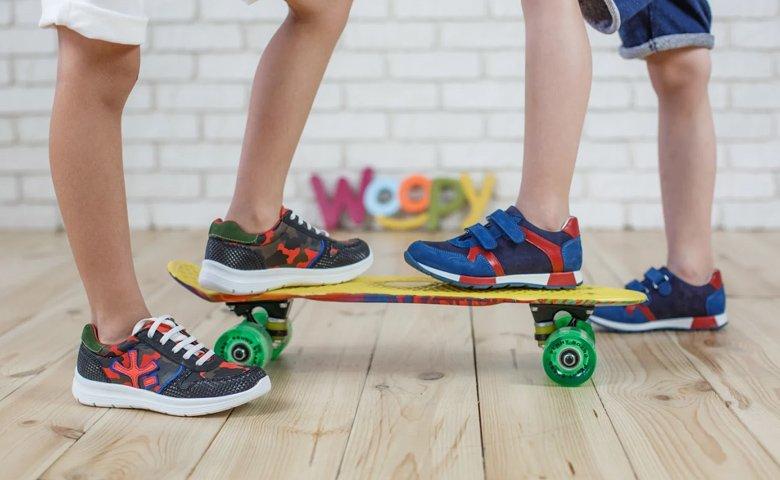 9ac4ab1d0cb179 Важко уявити більш універсальне взуття, ніж кросівки. Дорослі віддають  перевагу комфорту і практичності. А будь-яка сучасна дитина точно не  мислить свого ...